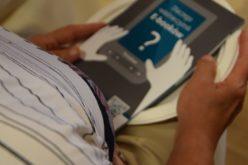 Seniorzy w Szebniach czytają na PocketBookach