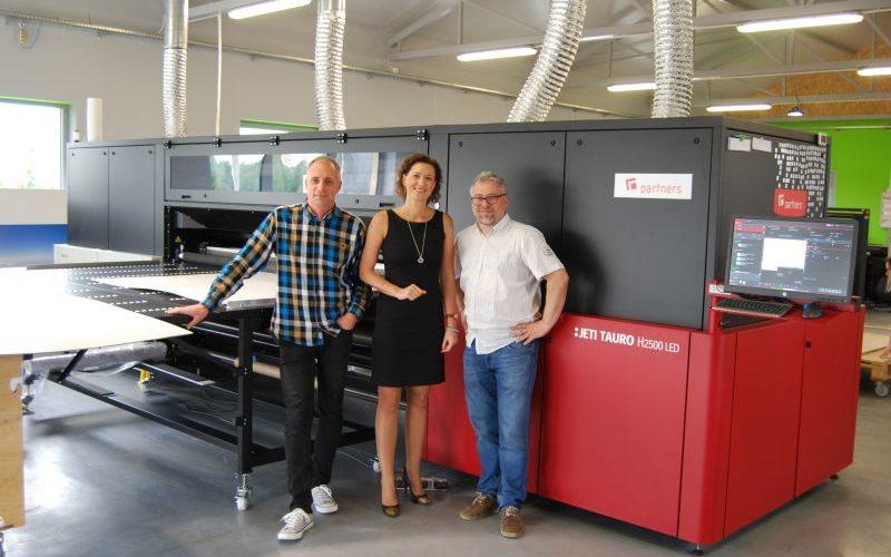 Partners Studio pierwszym polskim użytkownikiem plotera Agfa Jeti Tauro H2500 LED