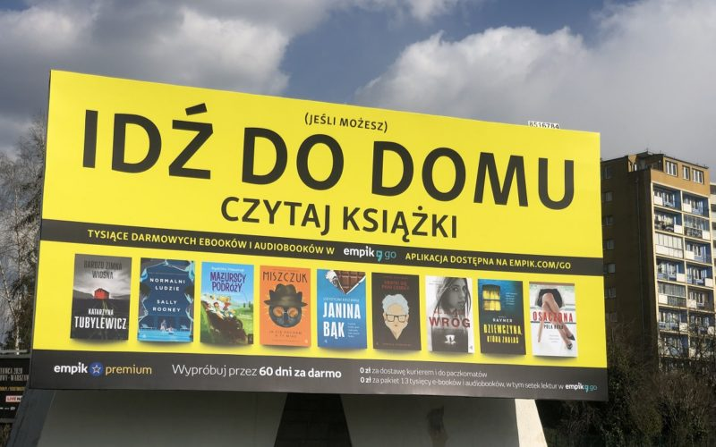 Idź do domu, czytaj książki. Wielki billboard w Warszawie