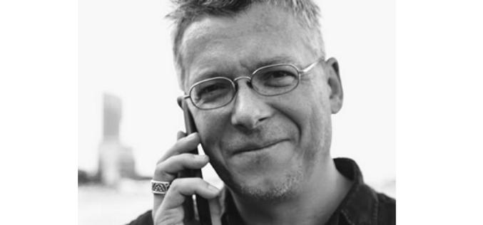 """Kryzys warto rozpatrywać jako szansę na nowy początek. Wywiad z Rafałem Kosikiem autorem kultowej serii książek dla dzieci """"Felix, Net i Nika"""""""
