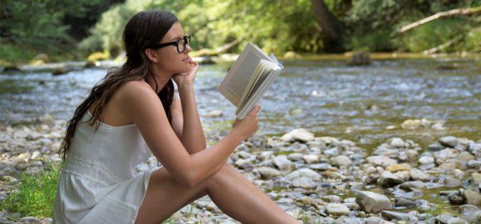 Latem przeczytać książkę czy obejrzeć serial? Najlepiej i jedno, i drugie